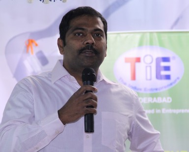 Mr.-Murali-Bukkapatnam-President-TiE-Hyderabad-addressing-the-school-students-on-TYE-program-2014-2015